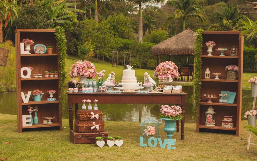 Inspiração para casamento com decoração rústica: mesa de doces e bolo