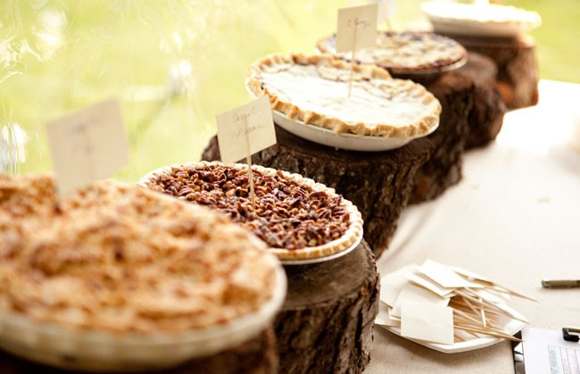 AMazing-rustic-pie-dessert-station