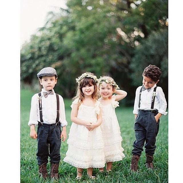 Vestidinho de renda e guirlanda de flores para as meninas, suspensório e gravata borboleta para os meninos! Eles estão perfeitos para um casamento vintage, de dia e no campo ♥️ #amolapisdenoiva #fofuras #daminhas #pajem #muitoamor #casamentodedia #casamento {foto: @taylorlord}