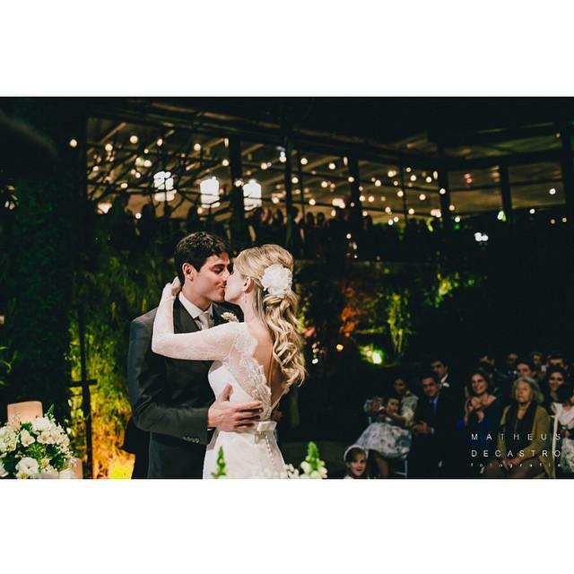 No post de hoje, o casamento da Ana Paula e do Andreas na cidade maravilhosa com fotos do @matheusdecastrofoto ♥️ Casamento clássico, alegre e cheio de amor! #amolapisdenoiva