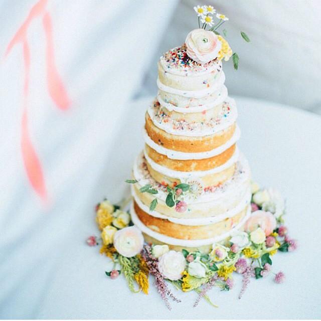 Naked cake com direito a granulado colorido! Lindo para um chá ou casamento diurno! ♥️ #amolapisdenoiva #cakelover #nakedcake {foto: @paigejonesphoto}