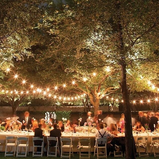 Se você mora em uma casa com um jardim cheio de árvores frondosas, que tal planejar o jantar de noivado em um lugar tão especial!? Mesa comunitária + amigos queridos e familiares próximos + luzinhas + muito amor! ♥️ #amolapisdenoiva #querocasardenovo #muitoamor #lovely #luzinhas #comamor {via: @martha_weddings}