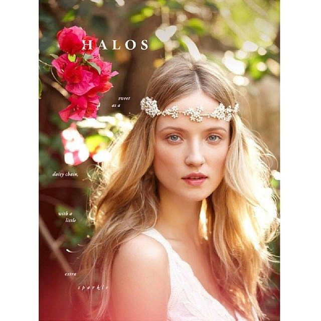 Muito amor por noivas que usam acessórios fofos e delicados! #halos #headpiece #delicate {via: @bhldn}