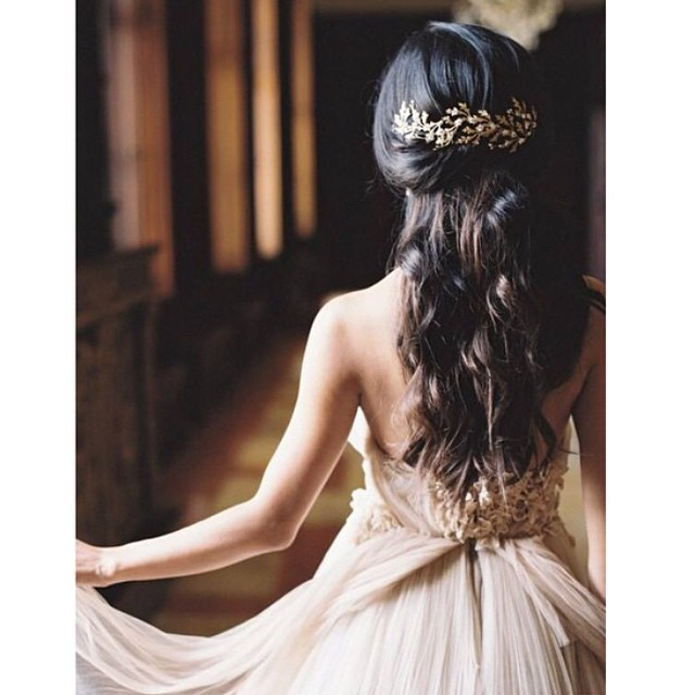 O cabelo, o acessório, o vestido... TUDO lindo! Tem alguém aí sonhando com o grande dia? #hajacoração #sernoivaébomdemais ♥️ #amolapisdenoiva #noiva #weddingday #detalhes #delicate {foto: @lauragordon}