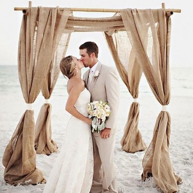 É muito amor para uma simples terça-feira!:) casamento na praia com direito a um altar simples e elegante. { Foto: Oeil photography} #casamentodedia #casamentonapraia #olhaessealtar #amolapisdenoiva