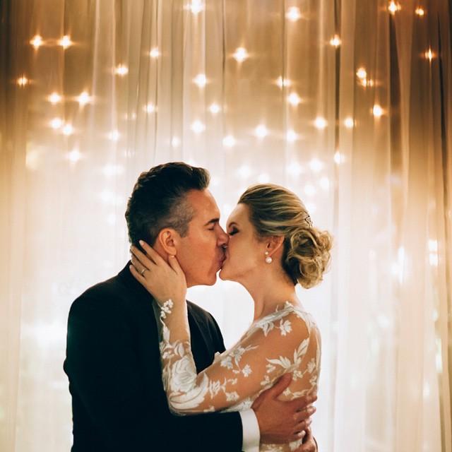 A Vivi e o Airton em um dia lindo! Casamento intimista (e de noite) cheio de amor no #lapisdenoiva ♥️ {foto: #alohafotografia   assessoria: @aleloureiroassessoria}
