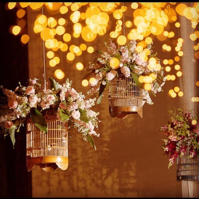 Luzinhas + gaiolas + flores = combinação tão linda! Amei! {no @espacojardimeuropa ♥️} #amolapisdenoiva #flowerlove #luzinhas #gaiolas #casamento #decor #detalhes #muitoamor
