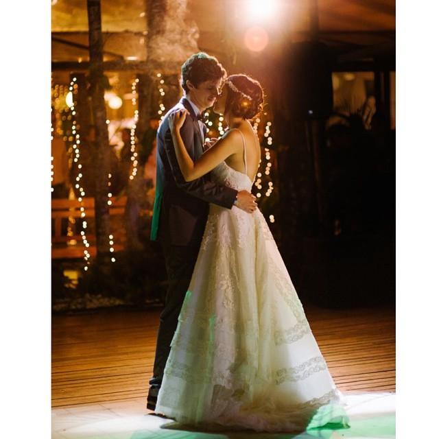 A magia da primeira dança ♥️ Boa noite e uma linda semana cheia de amor para todos nós! #amolapisdenoiva #desejobom #firstdance #noivos #primeiradança #weddingday #lovely #muitoamor {foto: @the_kreulichs}