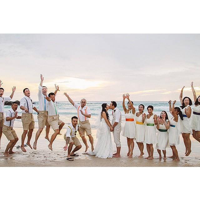 #destinationwedding colorido e alegre na Tailândia ♥️Foto super divertida dos noivos com os padrinhos após a cerimônia :) #amolapisdenoiva #padrinhos #tailandia #casamentodedia {? @juredondo}
