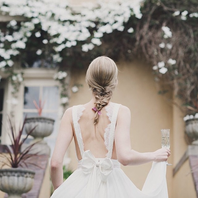 Parece um sonho! Tudo tão delicado: cabelo, corte, tecido, laço!:) #inspirador #amolapisdenoiva [ Foto Rebecca Amber] #lapisdenoiva
