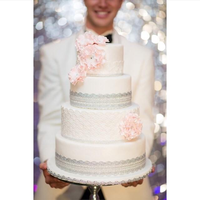 Sou apaixonada por bolos em geral, mas os de casamento são os meus favoritos! Além de lindos, têm que ser gostosos! Noivinhas, aproveitem para fazer muitas provas durante a fase dos preparativos e peçam para a assessora de vocês guardar um pedaço para comer no dia seguinte! ♥️ Amei o bolo da foto com detalhes rendados. {foto: @amylittlephotography} #amolapisdenoiva #bolodecasamento