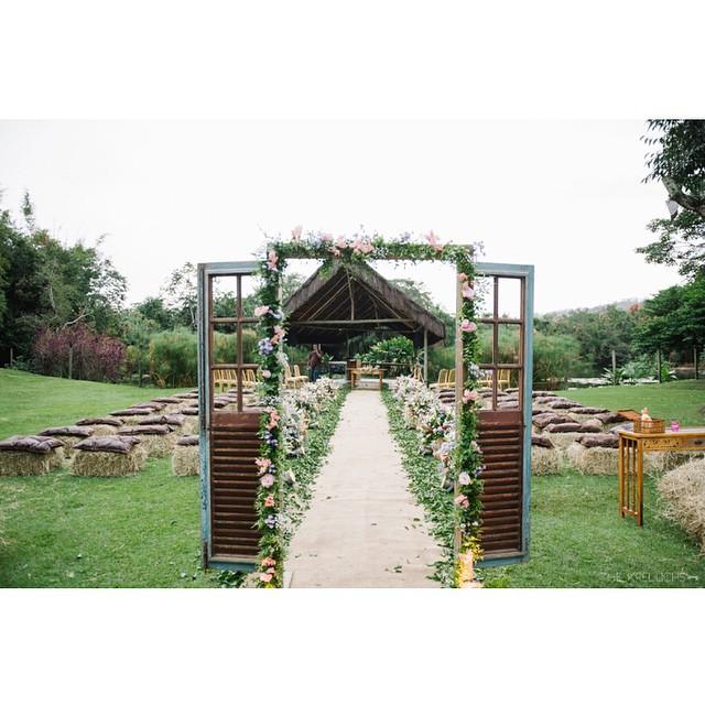 A Thais e o Isaac amam o estilo #country, então esse foi o tema do casamento! Para a cerimônia, fenos, palha e trigo (com toques florais) ♥️ Tem muito mais lá no lapisdenoiva.com ♥️ (nem preciso dizer que eu amo essa porta, neh? É a mesma do meu casamento! ?) #amolapisdenoiva #casamentodedia #casamento #weddingday #cerimonia #lovely #rustico {foto: @the_kreulichs}