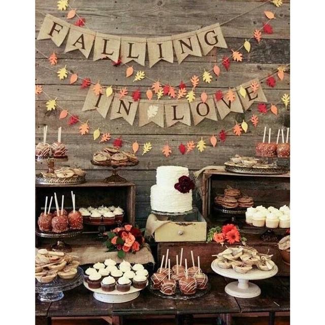 Apaixonada por essa mesa rústica. Bandeirolas no fundo de madeira ficou lindo! ♥️ #amolapisdenoiva #rustico #weddingday #bolodecasamento #weddingcake #sweet {via: Cutie Pie}