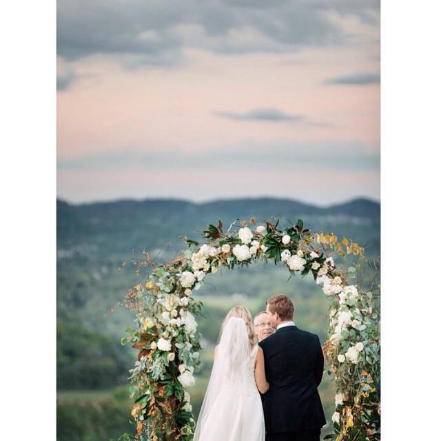 Boa noite com essa foto de tirar o fôlego! ♥️O altar, o cenário, o amor... #amolapisdenoiva #weddingday #casamentodedia #muitoamor #altar #cerimonia {? @lesleemitchell}