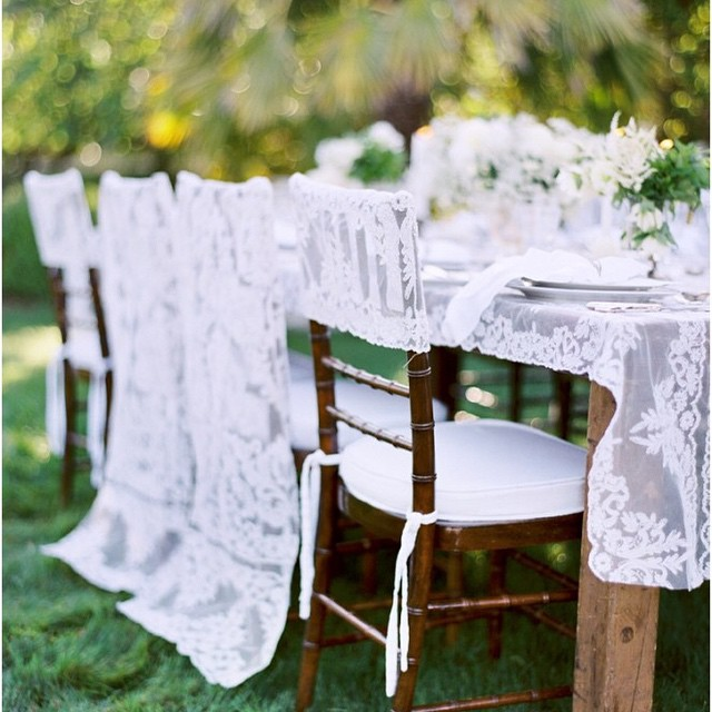 A ideia de uma mesa ao ar livre para um almoço em família no dia do casamento é encantadora. E que tal usar renda na decoração!? Lindo! ♥️ #amolapisdenoiva #casamentodedia {foto: @josevilla}