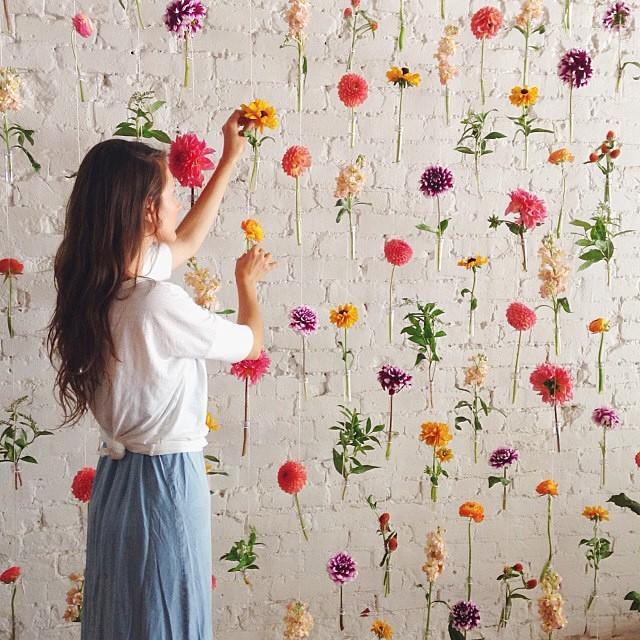 bom dia! Uma idéia linda e fácil de fazer: uma parede maravilhosa de flores para o photobooth.  #amolapisdenoiva