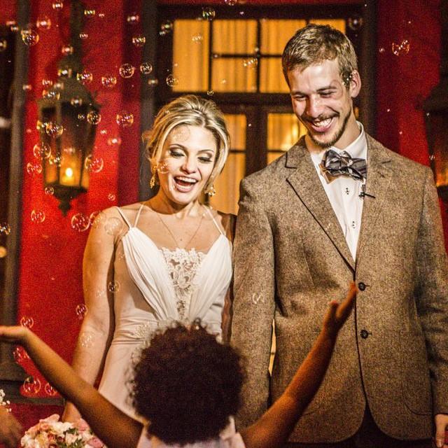 Super felizes por ter o @juanfotografia.com.br no nosso time de fornecedores. Amamos esse foto da saída dos noivos bem calorosa e de braços abertos ♥️? #amolapisdenoiva #justmarried #muitoamor #lovely #bolinhadesabao #fornecedorlapisdenoiva