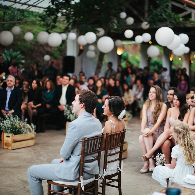 Noivos sentadinhos durante a cerimônia. O mais legal é que os convidados conseguem ver o rostinho de felicidade deles ♥️ Casamento da querida @thaminne e foto dos talentosos @frankieemarilia ♥️#amolapisdenoiva #muitoamor #casamentodedia #noivos #cerimonia #violetadecoracoes #fornecedorlapisdenoiva