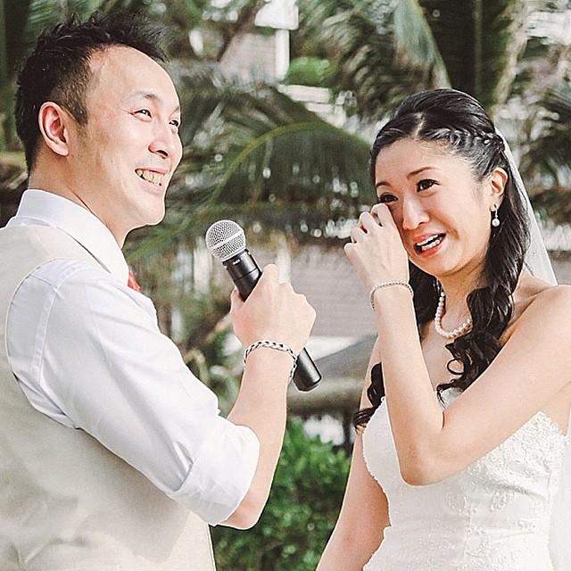 Não tem coração que aguente a emoção desse momento tão especial e sincero como os votos! Hoje tem um casamento na Tailândia lindo e divertido pra quem esta pensando em um #destinationwedding. { Foto: @juredondo } #amolapisdenoiva #casamentonapraia
