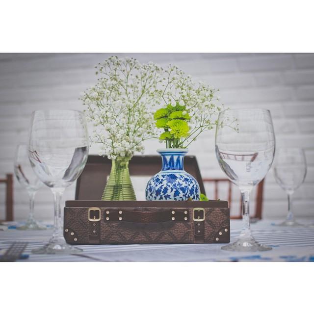 Centro de mesa criativo: Malinha vintage com flores no vidrinho ♥️ Perfeito para um casamento de dia e no campo! Corre no blog para ver mais :) O casório foi na @fazenda7lagoas e o vídeo é da @zanifilmes ♥️ #amolapisdenoiva #detalhes #vintage #decor #casamentodedia #fornecedorlapisdenoiva #weddingday {foto: Jair Leite}