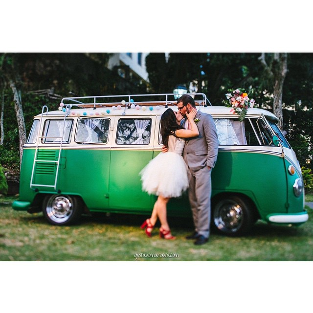 Quanto charme cabe em uma kombi só? Amei a foto, @gustavomarialva ♥️? #amolapisdenoiva #muitoamor #kombi #kombilover #fornecedorlapisdenoiva #casamento #weddingday