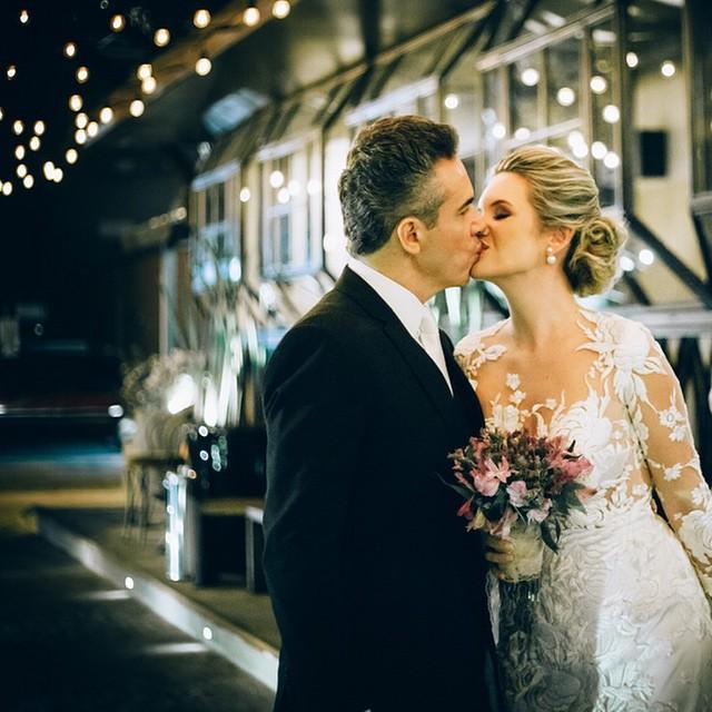 Just married ♥️ Lindos demais esses noivos! (O casamento completo no www.lapisdenoiva.com) #casamento #lovely #noivos #weddingday #alohafotografia #fornecedorlapisdenoiva