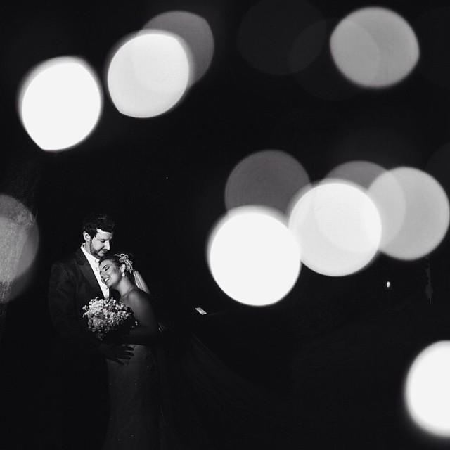 Adoro foto dos noivos com esse efeito da iluminação ♥️ Tá linda essa do @rodrigobiraiphotographer :)