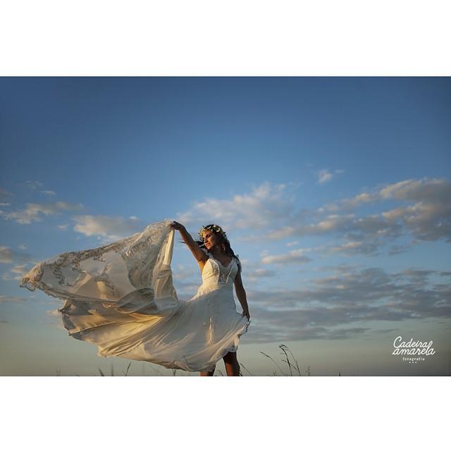 Eu amo essa foto da @cadeiraamarela ? Sensação boa de liberdade, de felicidade ao extremo! O ensaio completo (lindo demais) está no www.lapisdenoiva.com :)