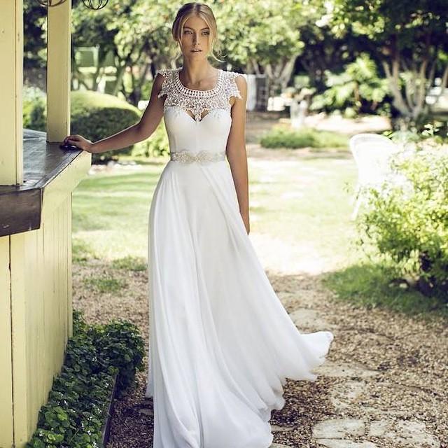Para as noivinhas que ainda não decidiram o modelo do vestido, que tal assim? Diferente, ousado e chique! Ai que lindo! ♥️? #vestidodenoiva #amolapisdenoiva {Via: Riki Dalal}