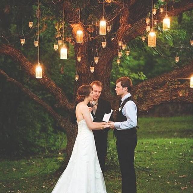 Altar à luz de velas ♥️Perfeito para casamentos no fim da tarde, não é mesmo?! #inlove #querocasarsenovo #velas #altar #amolapisdenoiva #weddingday #cerimonia {foto: Steven Michael}