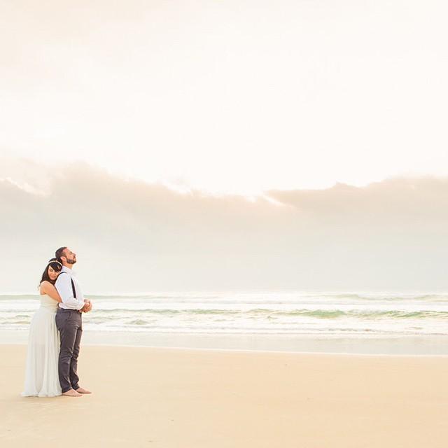 A Lia e o Felipe se casaram às 6h da manhã! Sim! Um casamento ao nascer do sol! Sabe aquela luz linda bem cedinho? Foi essa que sorriu para eles no momento do