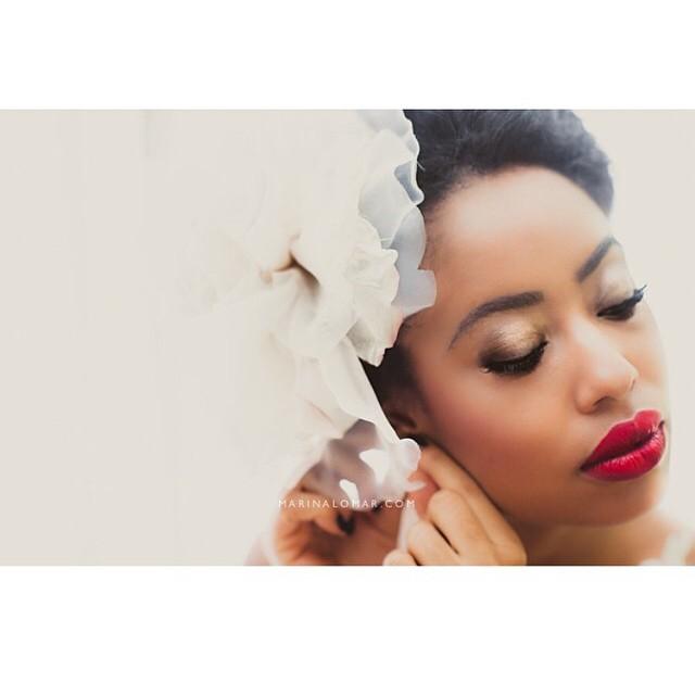 A @magnolianoivas arrasa! Completamente #inlove com a produção dessa noiva! A pele, o batom... Tudo lindo! No #papolapisdenoiva uma das nossas noivas passará pelas mãos da @magnolianoivas e será inspiração pura! ♥️#amolapisdenoiva #magnolianoivas #noivasnegras #belezadanoiva #bridal #beauty #makeup {foto: @marinalomar}