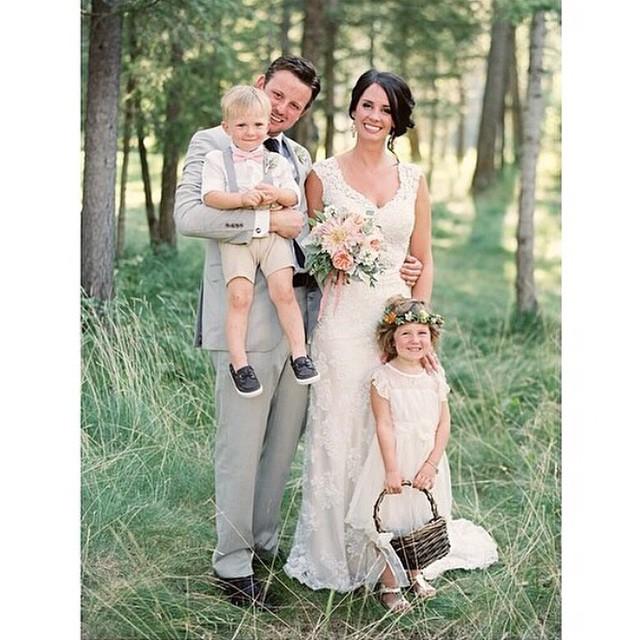 Impossível não se apaixonar por casamentos no campo! Que amor essa daminha com guirlanda de flores naturais e cestinho de palha. Tudo lindo!♥️ #amolapisdenoiva #casamentodedia #casamentonocampo #weddingday #muitoamor #lovely {? @photovisionprints}