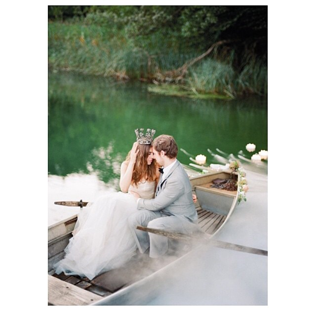 Princesa e Príncipe ♥️? #amolapisdenoiva #wddingday #casamento #casamentodedia #noivos #justmarried #recemcasados #muitoamor #lovely #felizesparasempre #happyday {foto: @featherandstonephotography}