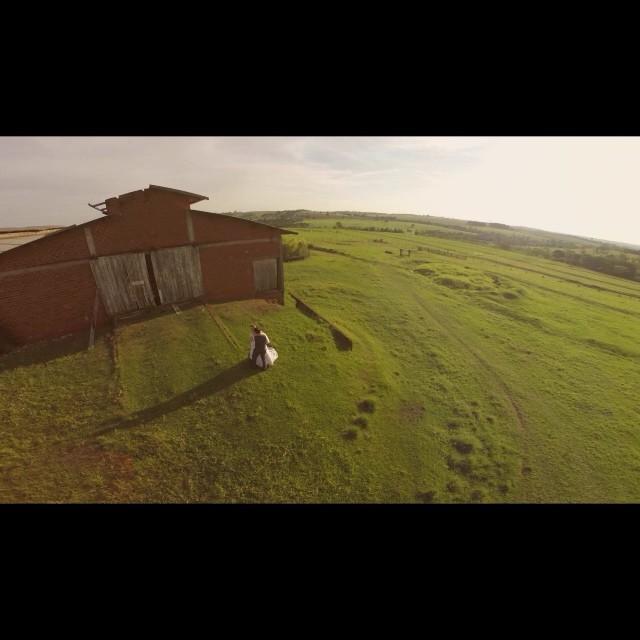 Muito TOP esse video da @elegantefilmes! Essas imagens do alto não estão incríveis? O casamento aconteceu nesse final de semana e a gente não vê a hora de assistir tudo! Emocionante! #muitoamor por #casamentodedia ♥️