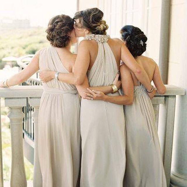Madrinhas de nude! Gosto tanto... Discreto, bonito e sofisticado ♥️ #amolapisdenoiva #madrinhas #bridesmaids #lovely #weddingday {via: Love My Dress}