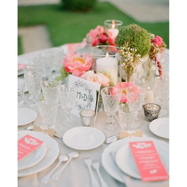 Uma cor forte na decoração branca ?? Tá linda e chique essa mesa! Inspiração para o nosso feriado :) #amolapisdenoiva #casamentodedia #coresfortes #decor {foto: @gregfinck}