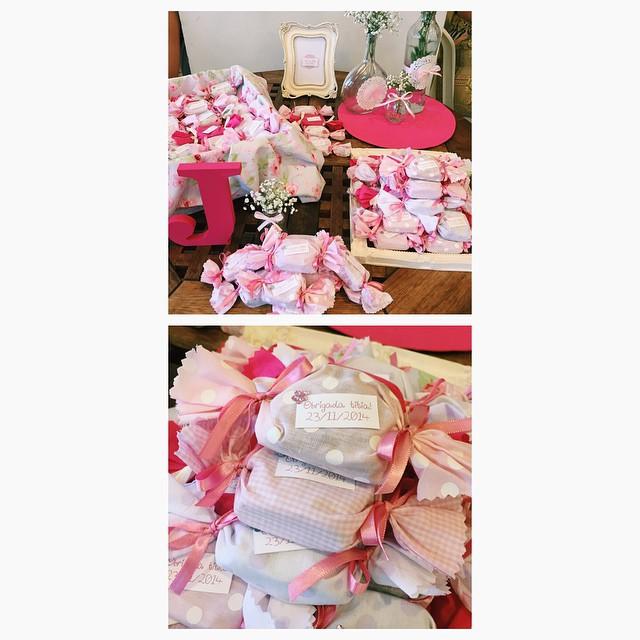 Já que vocês toparam ver mais fotos do Chá de Bebê da Júlia, essas foram as lembrancinhas: mini brownies no tecido! Delícia! Tudo #diy feito pelas