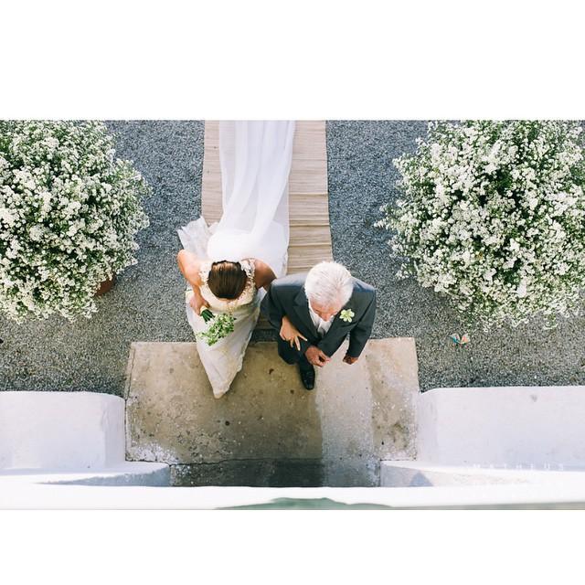 O post de hoje é um #destinationwedding em Trancoso, na Bahia! ♥️ Os noivos moram na Suiça, mas resolveram celebrar o amor aqui no Brasil! Essa foto liiinda e super diferente é do @matheusdecastrofoto :)