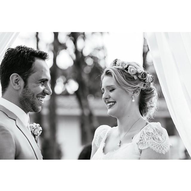 Tem emoção maior que casar com o amor da sua vida?! ♥️ Casamento é um presente! A Paty e o Fer, lindos, no #lapisdenoiva e essa foto incrível é do @kyonoandre ♥️? #amolapisdenoiva #cerimonia #casamento #weddingday #muitoamor #emocionante #fornecedorlapisdenoiva