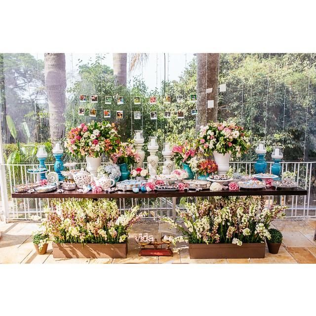 Natureza, cores e amor! Linda a mesa de doces! E a ideia das fotos ao fundo ficou super legal! ♥️?? Tem mais no #lapisdenoiva com fotos do @kyonoandre :)