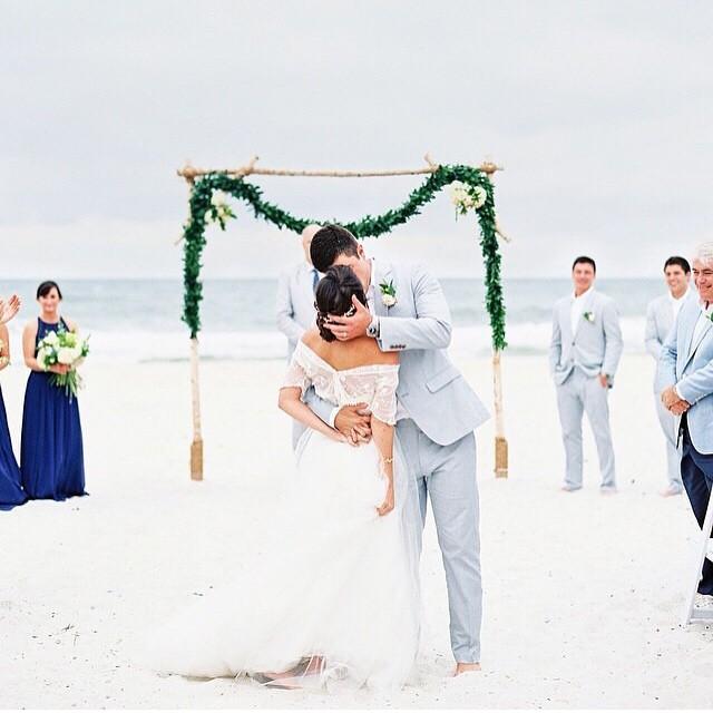 Beijo de cinema! ♥️ #weddingday #ahoradobeijo #casamentodedia #casamentonapraia #muitoamor {foto: @laurenpeele}
