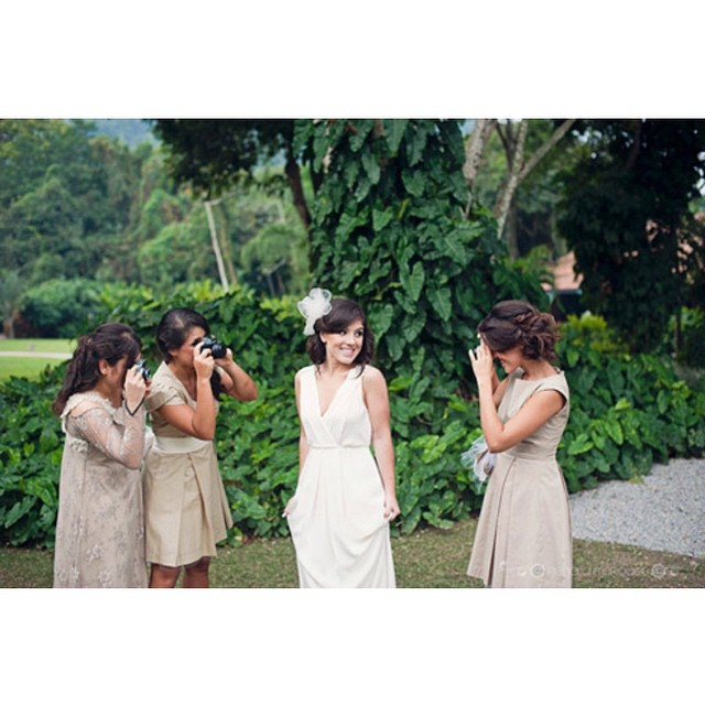 Relembrando o casamento da @junialane ♥️? As bridesmaids com câmeras antigas no lugar do bouquet registrando tudo! Sim! Elas funcionavam! ♥️ Deu saudades desse dia! De certa forma, o #lapisdenoiva já estava nascendo, a gente só não sabia! :) #tbt #casamentodairmã #sitiomeiodomato #weddingday #bridesmaids #casamentodedia {foto: @renatamarques e @gustavogaiote}