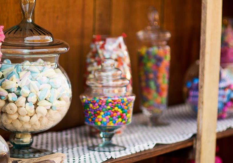 Fabiana Moura Projetos Personalizados - decoração casamento Tiella moderno toques vintages e românticos colorido com preto e branco - candy bar doces