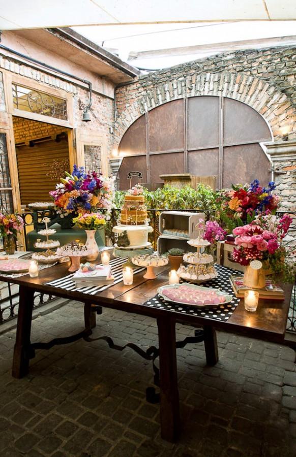 Fabiana Moura Projetos Personalizados - decoração casamento Tiella moderno toques vintages e românticos colorido com preto e branco - mesa de doces pé