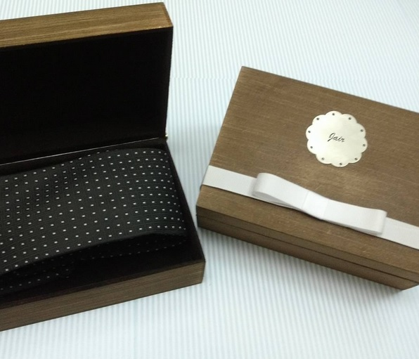 convite_de_casamento_para_padrinhos_caixa_para_gravata_madeira
