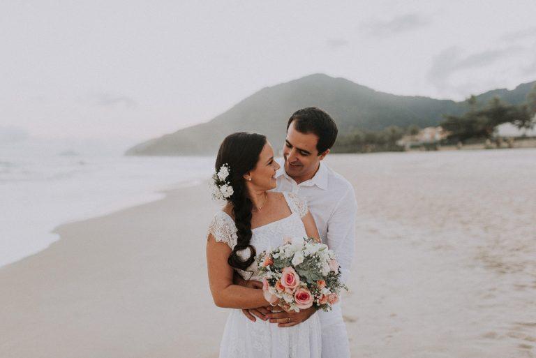 Pé na Areia e Sol – Casamento em Maresias Soraia e Felipe