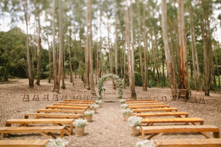 Casamento colorido com cerimônia no bosque – Lari & Rodrigo