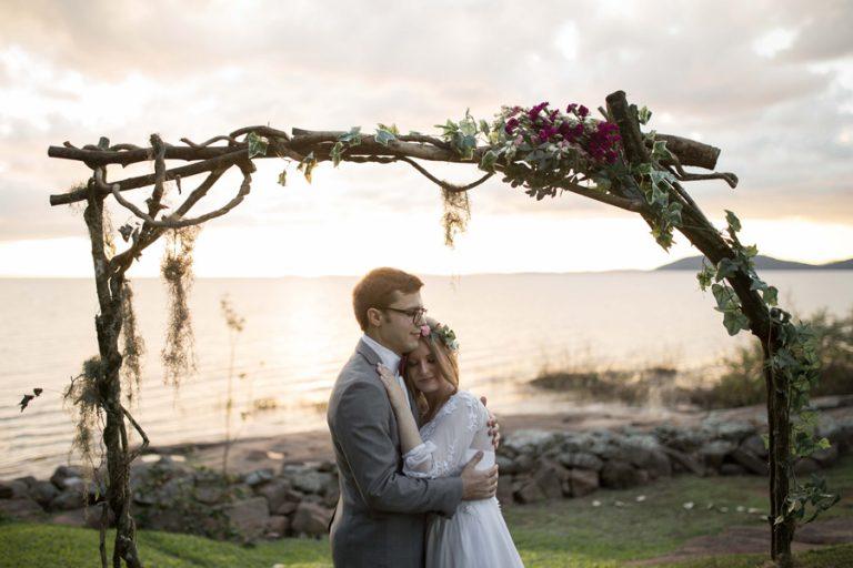 Pôr do sol dos sonhos à beira do lago Guaíba – Dani & Nikko