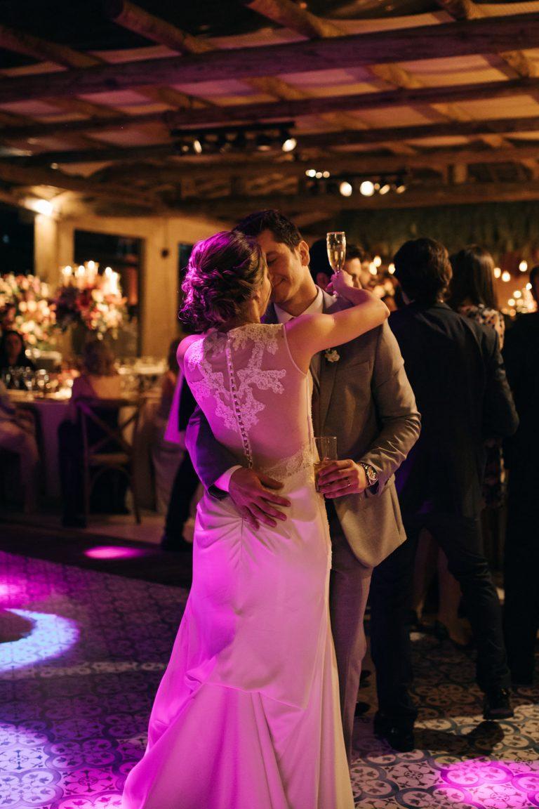 Casamento romântico sob as árvores da Vila dos Eucaliptos – Fernanda & Felipe